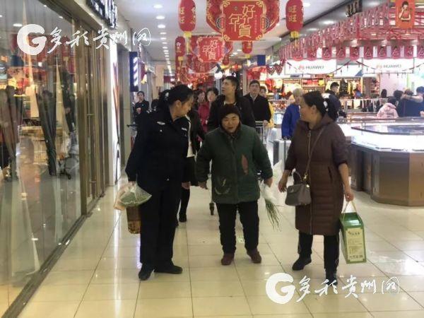 元宵节 贵阳民警为空巢老人和困难家庭送温情